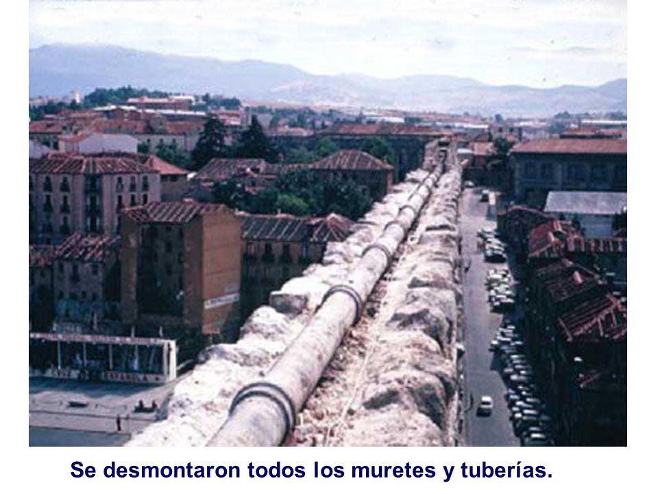 Quedó libre el canal de piezas enterizas en U que llevan el agua por la coronación del acueducto.