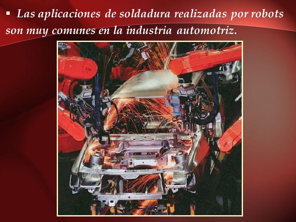 Las aplicaciones de soldadura realizadas por robots son muy comunes en la industria automotriz.
