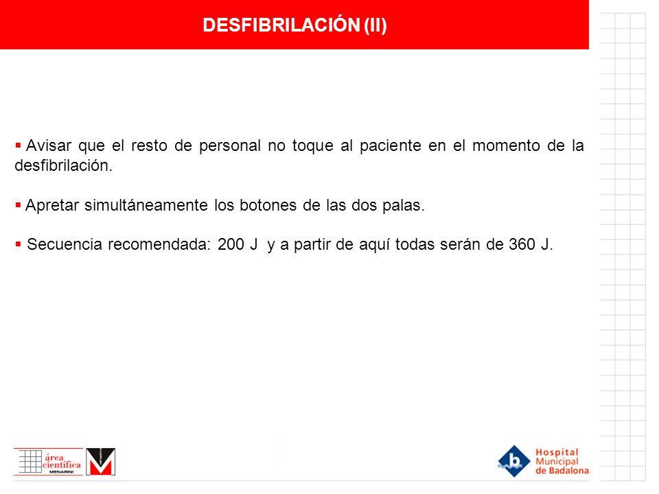 DESFIBRILACIÓN (II) Avisar que el resto de personal no toque al paciente en el momento de la desfibrilación. Apretar simultáneamente los botones de la