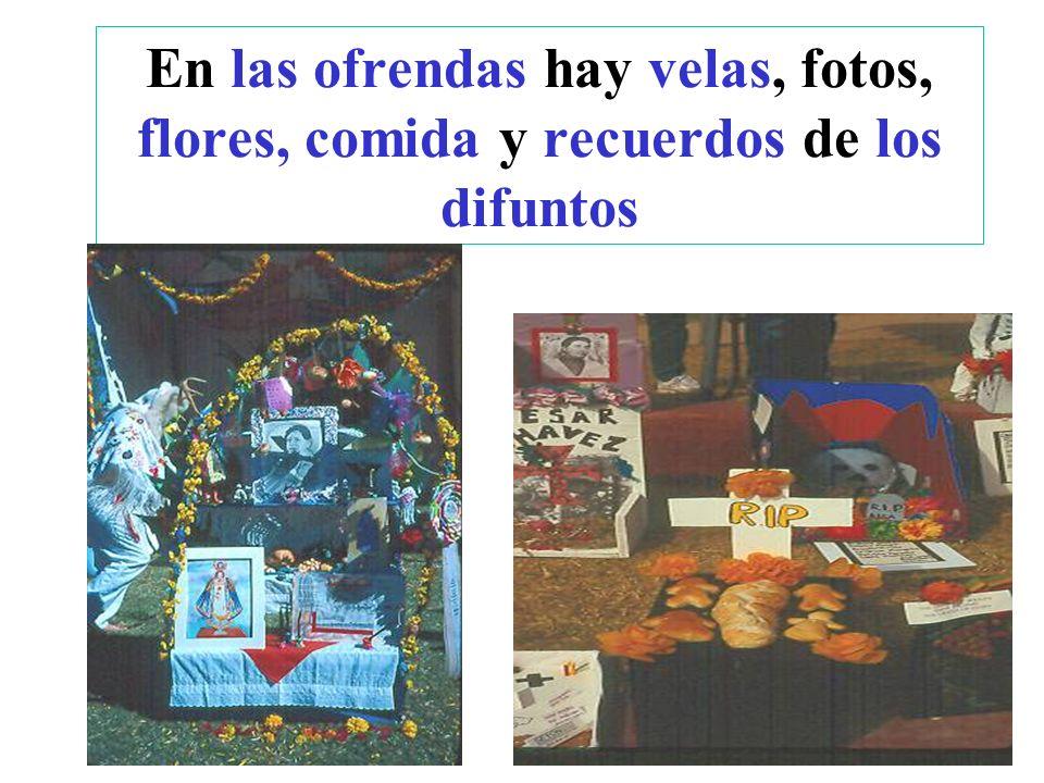 En las ofrendas hay velas, fotos, flores, comida y recuerdos de los difuntos