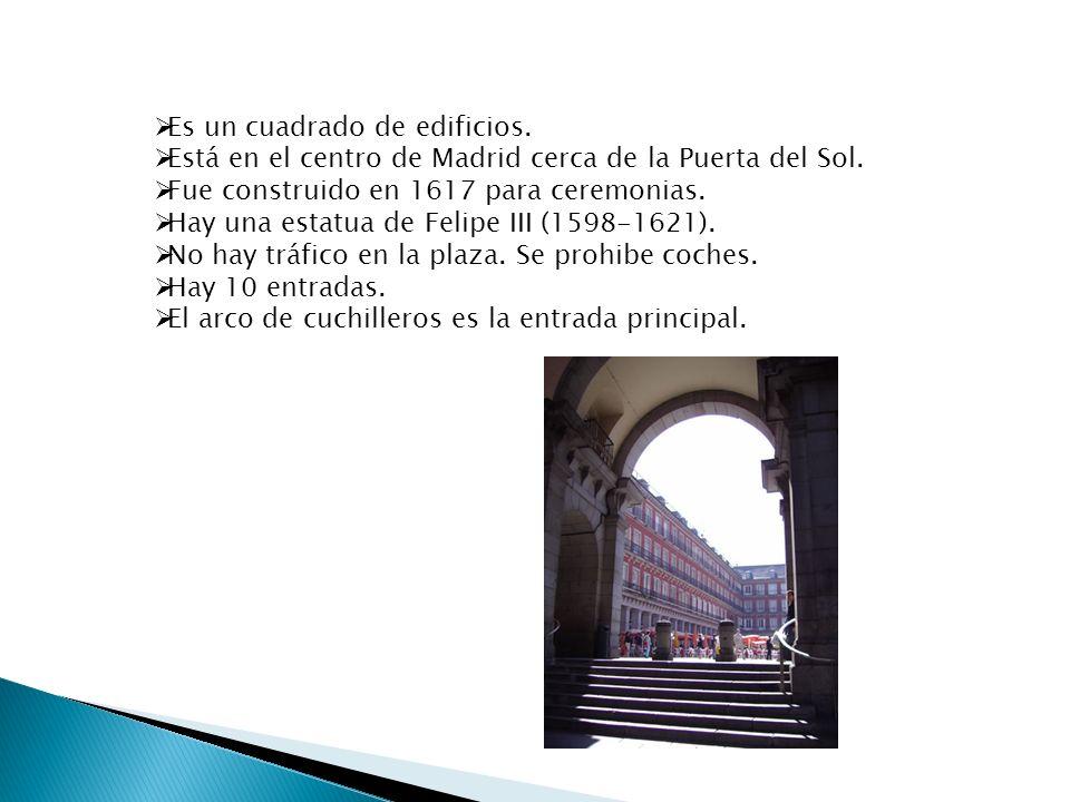 Es un cuadrado de edificios. Está en el centro de Madrid cerca de la Puerta del Sol. Fue construido en 1617 para ceremonias. Hay una estatua de Felipe