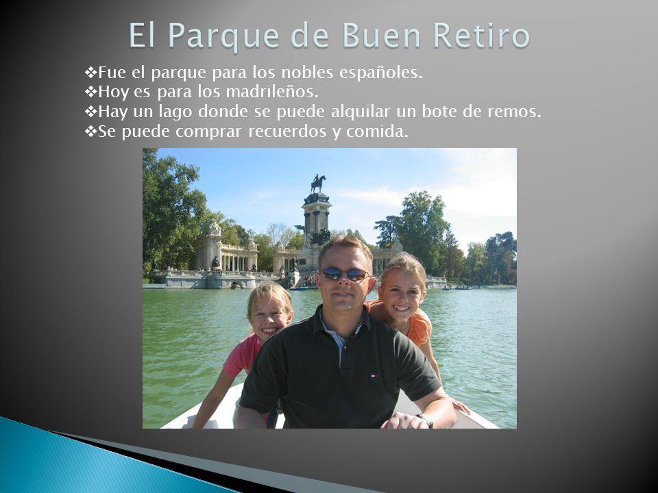 Fue el parque para los nobles españoles. Hoy es para los madrileños. Hay un lago donde se puede alquilar un bote de remos. Se puede comprar recuerdos