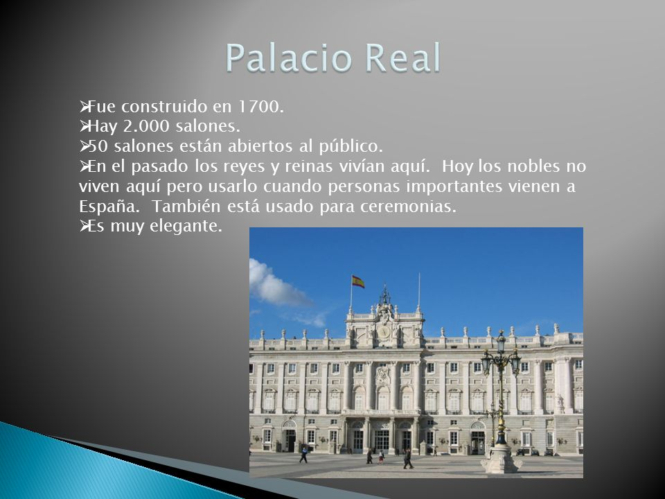 Fue construido en 1700. Hay 2.000 salones. 50 salones están abiertos al público. En el pasado los reyes y reinas vivían aquí. Hoy los nobles no viven