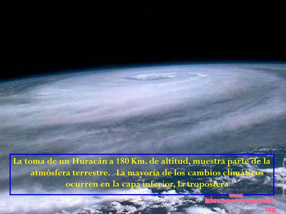 La toma de un Huracán a 180 Km. de altitud, muestra parte de la atmósfera terrestre. La mayoría de los cambios climáticos ocurren en la capa inferior,