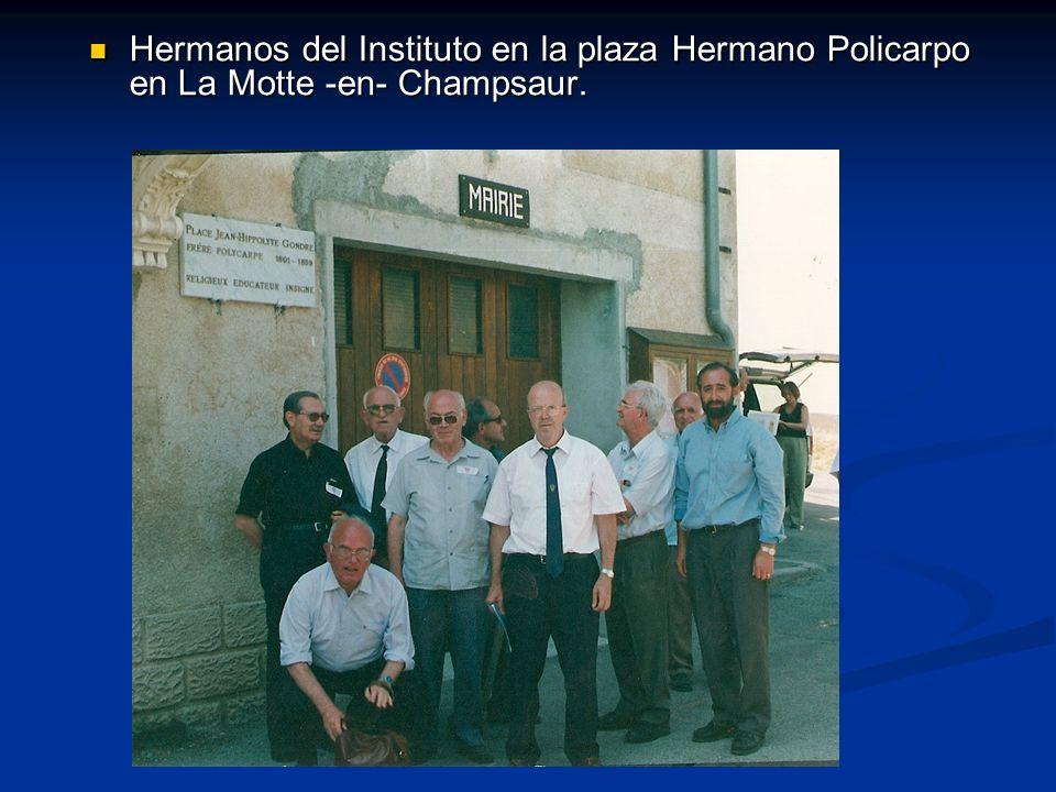Hermanos del Instituto en la plaza Hermano Policarpo en La Motte -en- Champsaur.