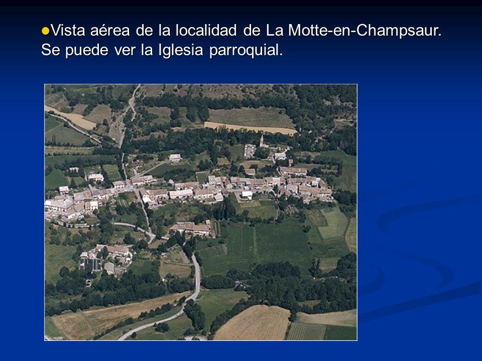 Vista aérea de la localidad de La Motte-en-Champsaur. Se puede ver la Iglesia parroquial. Vista aérea de la localidad de La Motte-en-Champsaur. Se pue