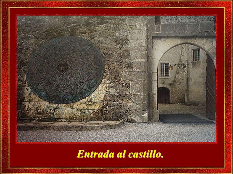 El Castillo de estilo medieval, fue construido en el siglo XIII, sobre una colina, en uno de los extremos del pueblo