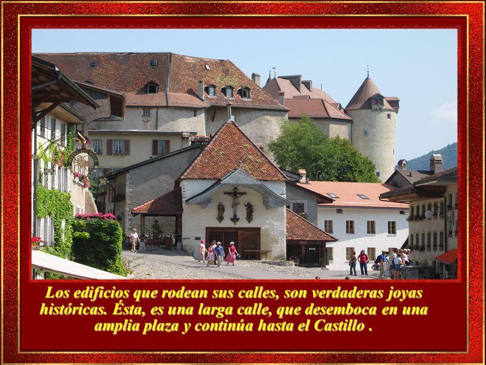 En el recorrido rumbo al Castillo, se pueden admirar las fachadas de antiguas casas muy bien cuidadas.