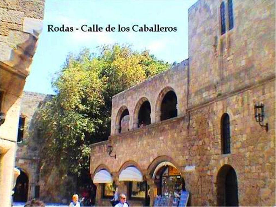 En el centro de la ciudad actual está el núcleo antiguo, dedicado en su totalidad al turismo junto al puerto de Mandraki.