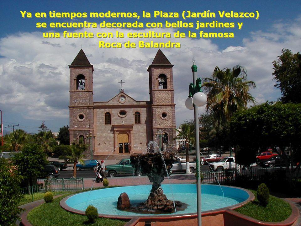 = Tiempos más modernos = Plaza y Catedral de La Paz en 1957, con sus sólidas bancas de cemento, sus frondosos árboles y los escasos automóviles estacionados a su alrededor.