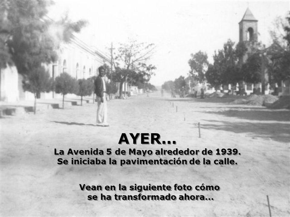 AYER...La Avenida 5 de Mayo alrededor de 1939. Se iniciaba la pavimentación de la calle.