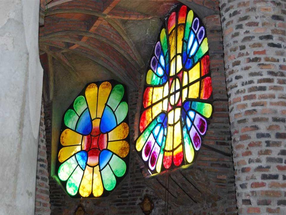 A pesar de quedar inacabada, la iglesia supone un punto culminante en la obra de Gaudí. esta edificación incluye, por primera vez de forma unitaria, l