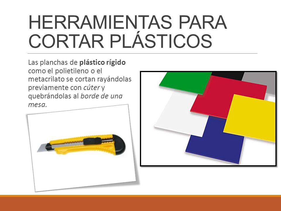 Las planchas de plástico rígido como el polietileno o el metacrilato se cortan rayándolas previamente con cúter y quebrándolas al borde de una mesa. H