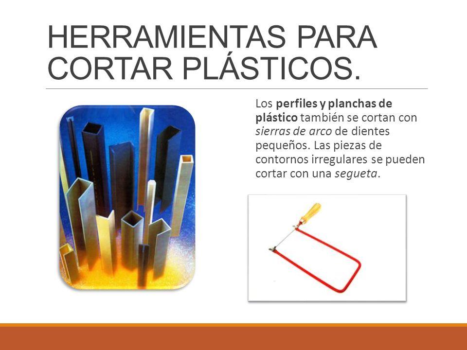 Los perfiles y planchas de plástico también se cortan con sierras de arco de dientes pequeños. Las piezas de contornos irregulares se pueden cortar co