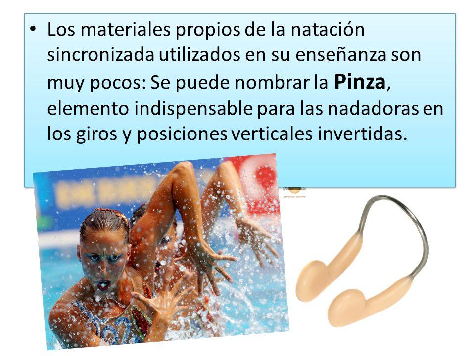 Los materiales propios de la natación sincronizada utilizados en su enseñanza son muy pocos: Se puede nombrar la Pinza, elemento indispensable para la