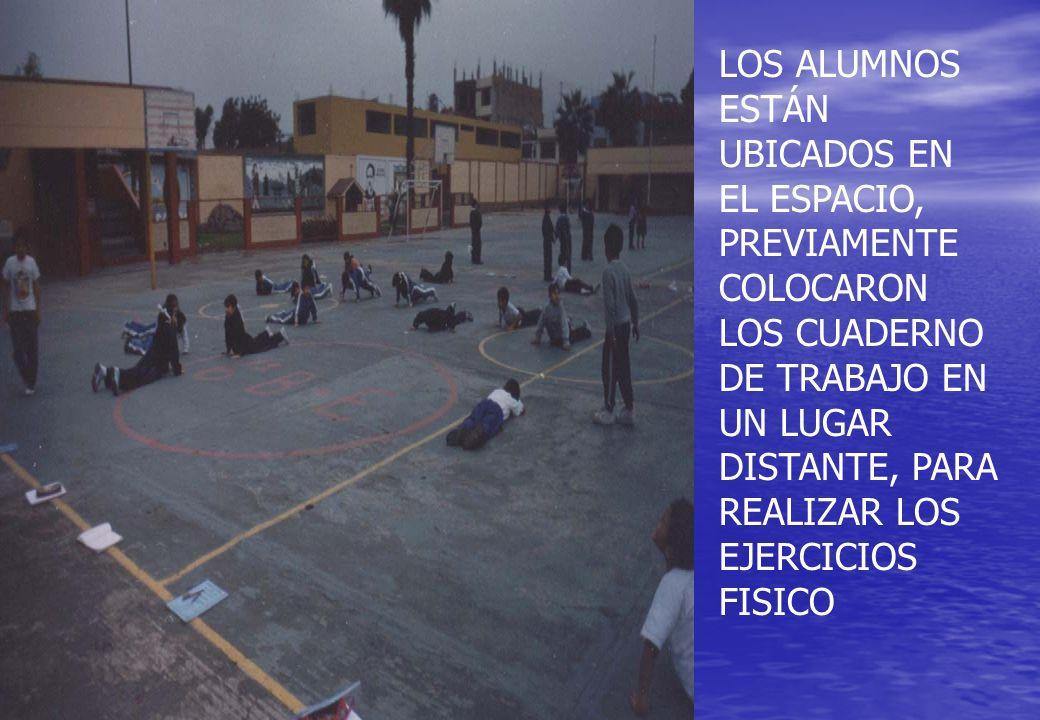 LOS ALUMNOS ESTÁN UBICADOS EN EL ESPACIO, PREVIAMENTE COLOCARON LOS CUADERNO DE TRABAJO EN UN LUGAR DISTANTE, PARA REALIZAR LOS EJERCICIOS FISICO
