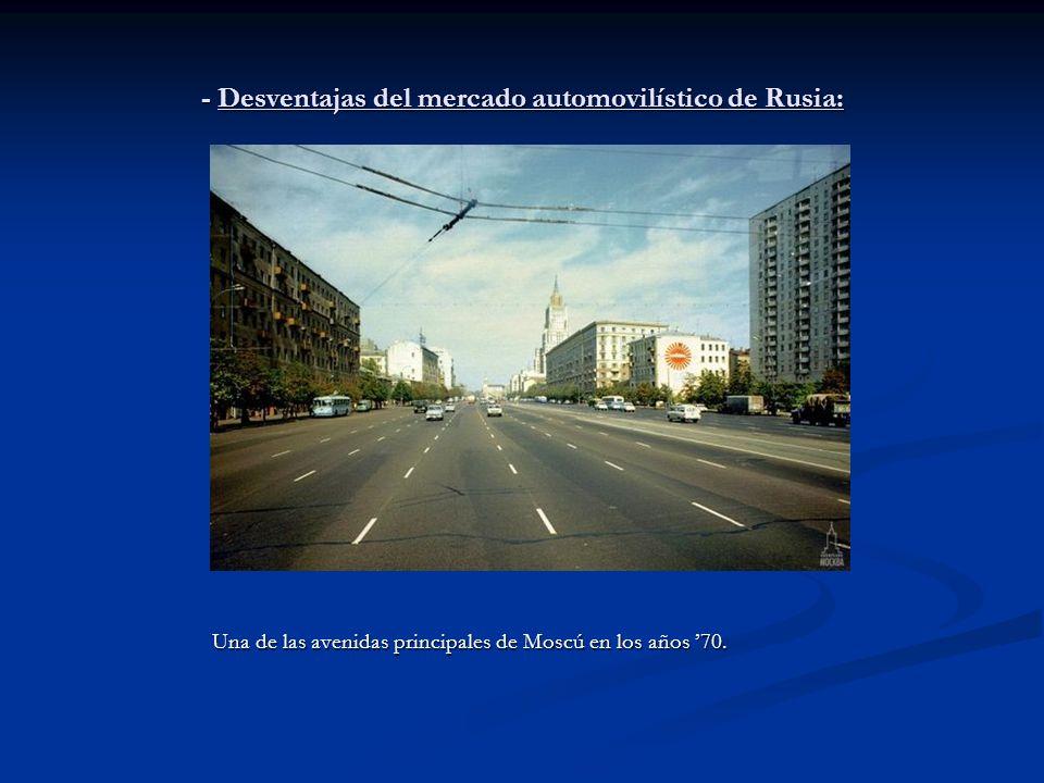 - Desventajas del mercado automovilístico de Rusia: Una de las avenidas principales de Moscú en los años 70.