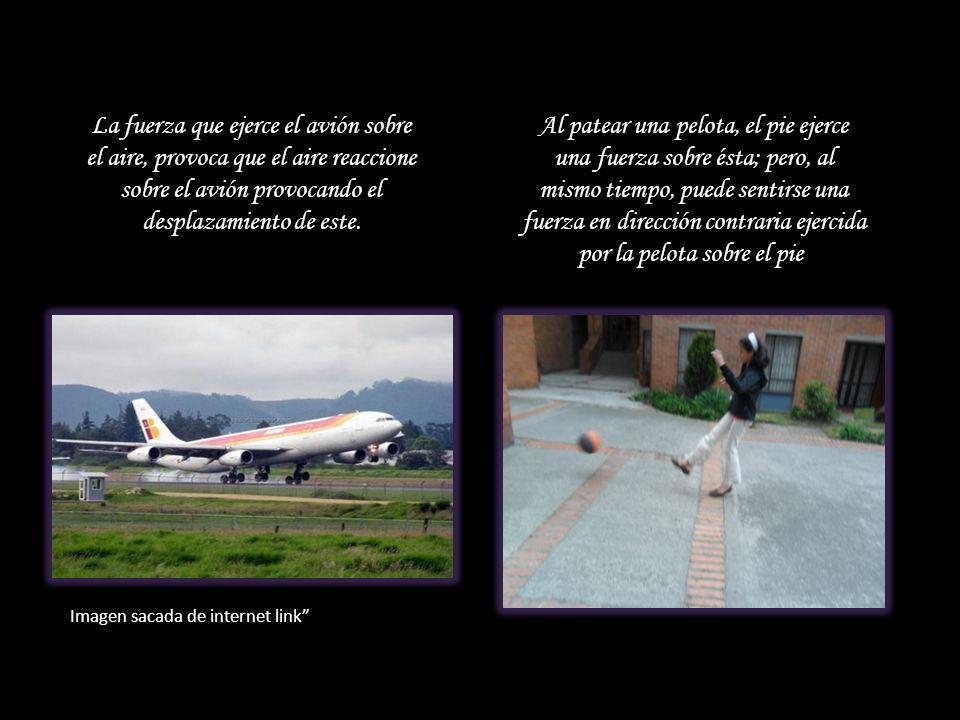 La fuerza que ejerce el avión sobre el aire, provoca que el aire reaccione sobre el avión provocando el desplazamiento de este. Al patear una pelota,
