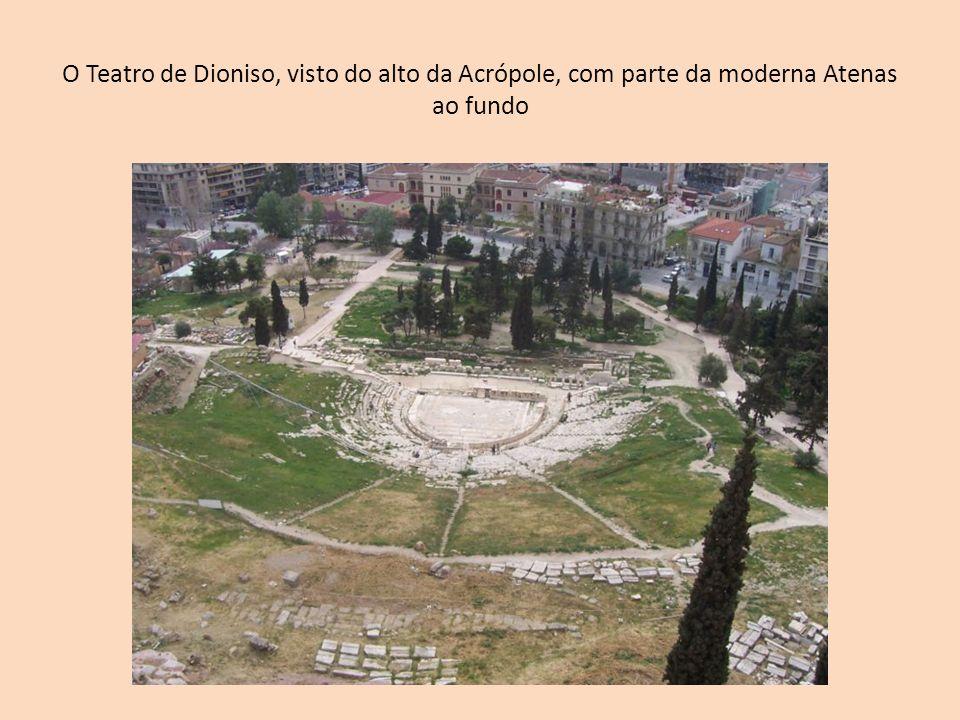 O Teatro de Dioniso, visto do alto da Acrópole, com parte da moderna Atenas ao fundo