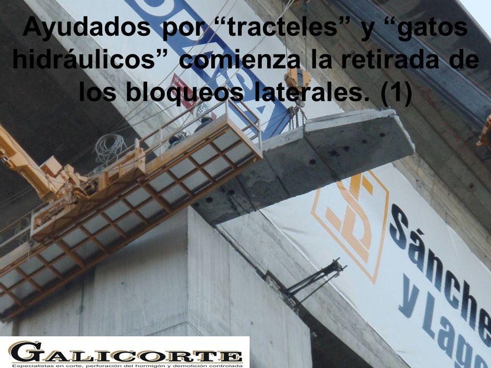 Ayudados por tracteles y gatos hidráulicos comienza la retirada de los bloqueos laterales. (1)