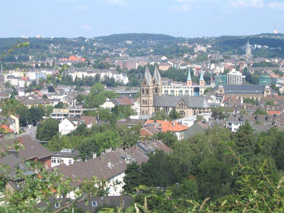 La ciudad de Wupppertal está situada em las colinas de Derendorf, rodeada de natureza. En alemán el transporte ferroviario es llamado Schwebebahn, o s