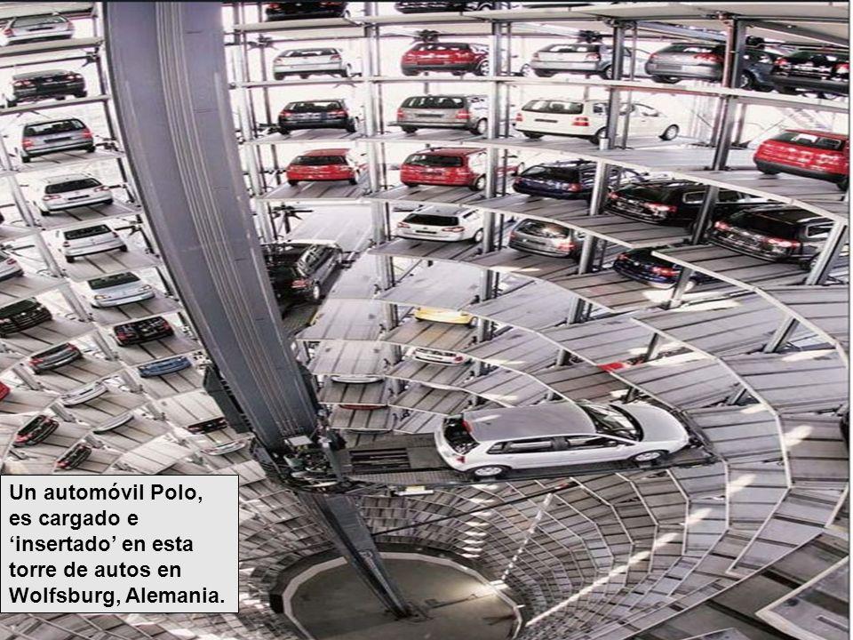 Un automóvil Polo, es cargado e insertado en esta torre de autos en Wolfsburg, Alemania.