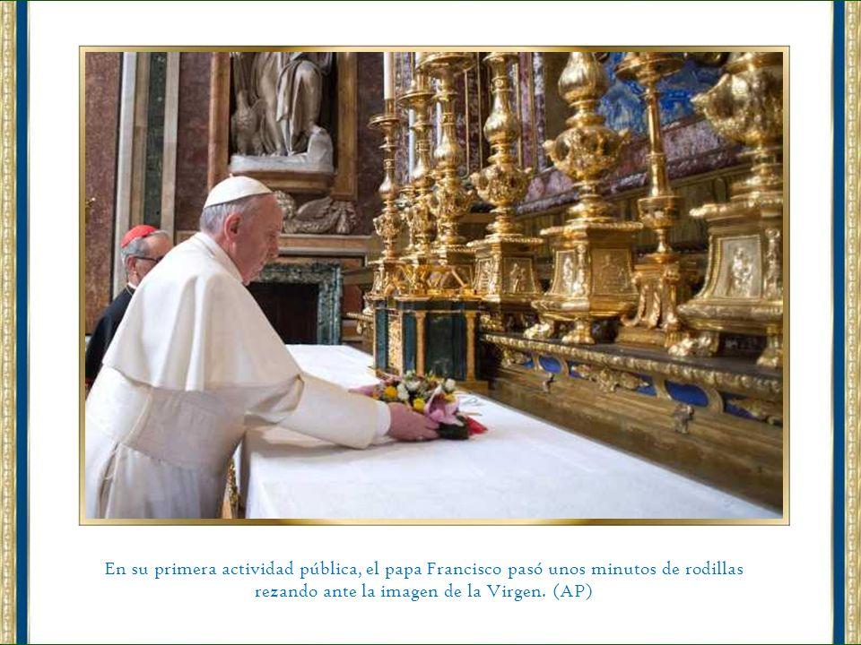 El papa Francisco bendice a todos los hombres de buena voluntad.
