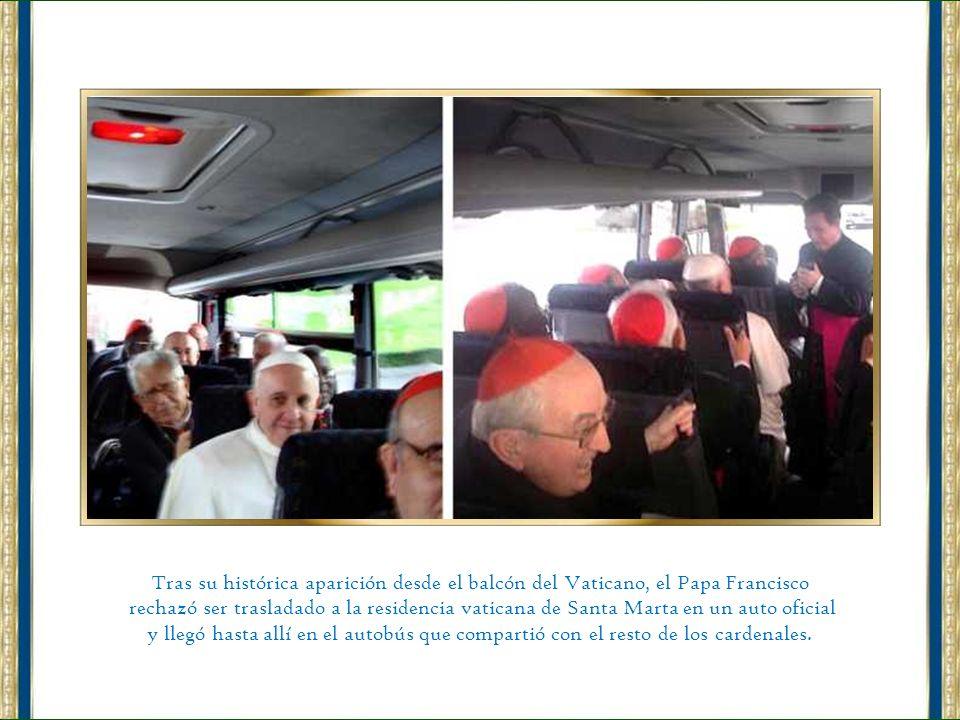 En su primera actividad pública, el papa Francisco pasó unos minutos de rodillas rezando ante la imagen de la Virgen. (AP)