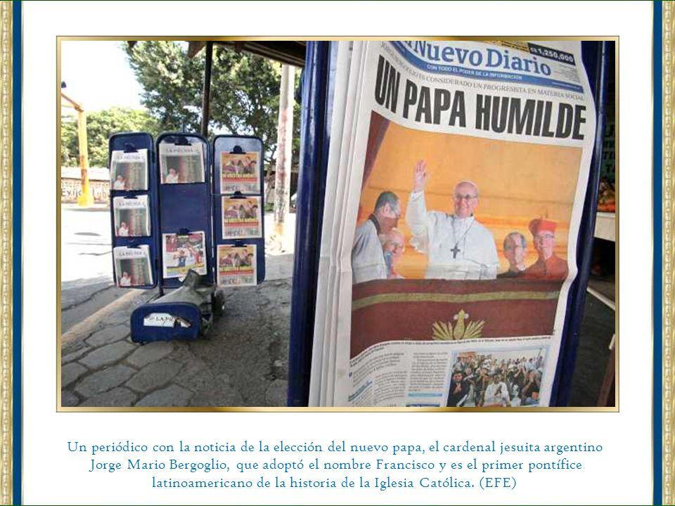 El flamante Papa Francisco, el argentino Jorge Bergoglio, celebra su primera misa de su Pontificado en la Capilla Sixtina, acompañado por los 114 card