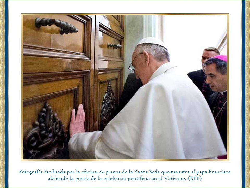 El papa Francisco en la recepción de la residencia Domus Internationalis Pauls IV, pagando su noche de estancia antes del cónclave. (EFE)