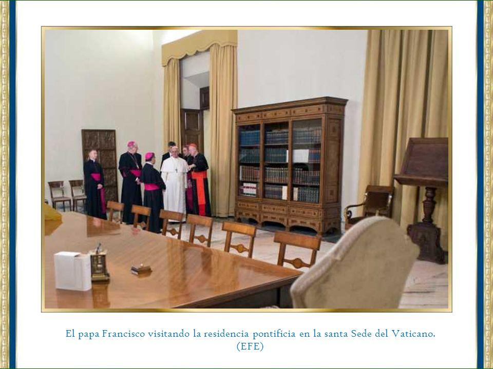 Fotografía facilitada por la oficina de prensa de la Santa Sede que muestra al papa Francisco abriendo la puerta de la residencia pontificia en el Vat
