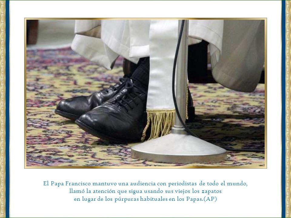 Bergoglio mantuvo una audiencia con periodistas de todo el mundo, que lo recibieron con una fuerte ovación.(AP)