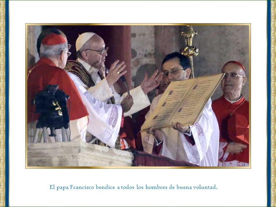Tras ser elegido Papa y saludar a los fieles desde el balcón de la basílica de San Pedro, el flamante Papa argentino Jorge Bergoglio, llamado desde ah