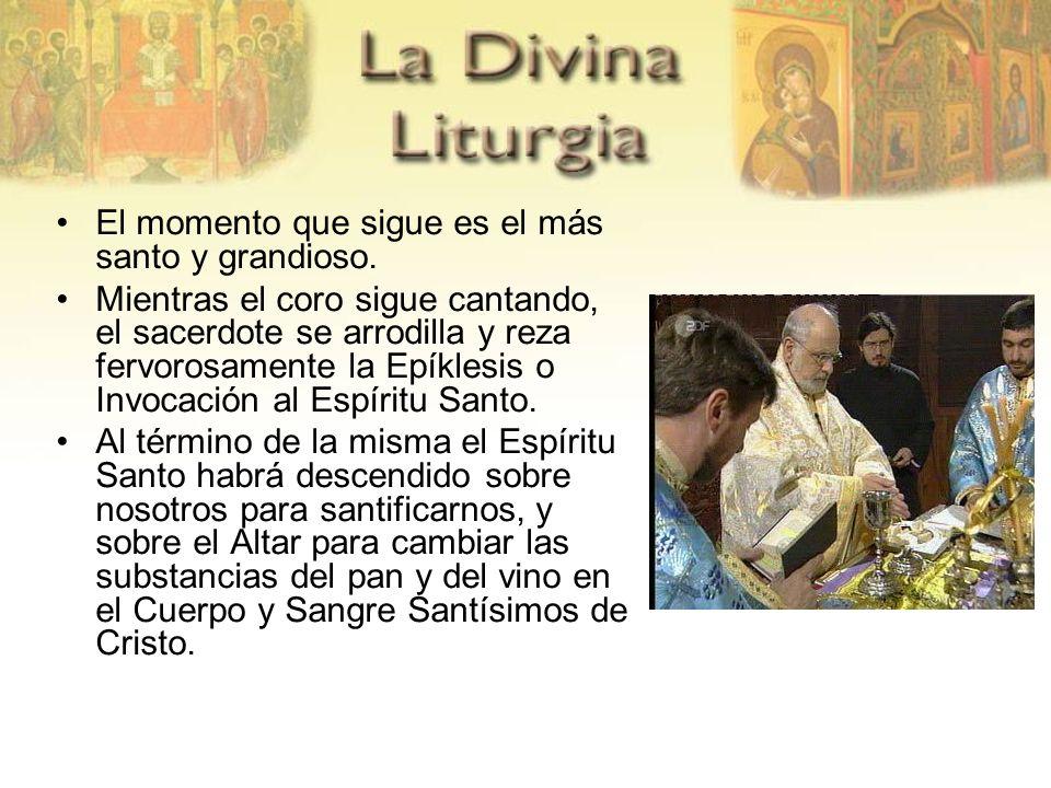 El momento que sigue es el más santo y grandioso. Mientras el coro sigue cantando, el sacerdote se arrodilla y reza fervorosamente la Epíklesis o Invo