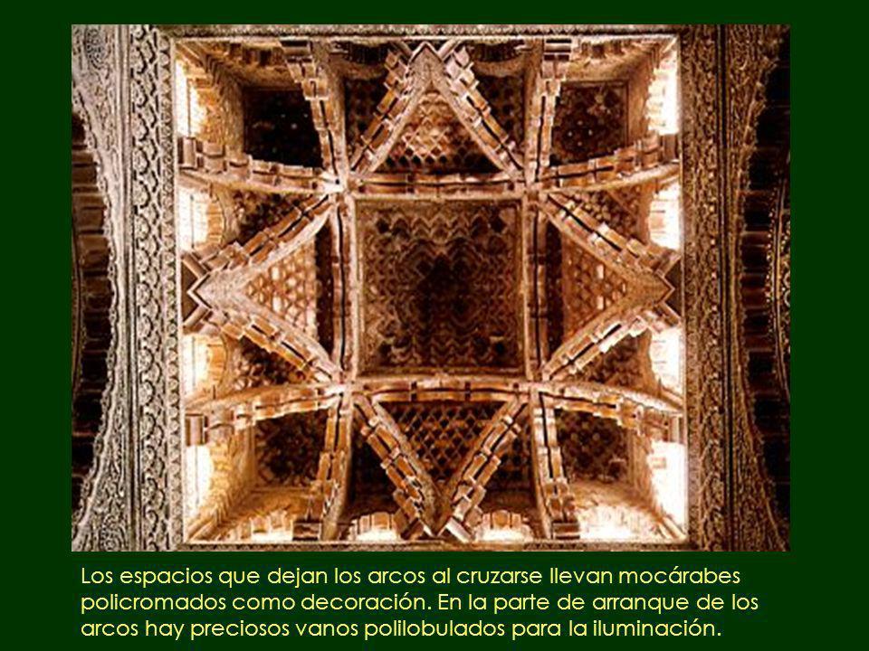 Los espacios que dejan los arcos al cruzarse llevan mocárabes policromados como decoración. En la parte de arranque de los arcos hay preciosos vanos p