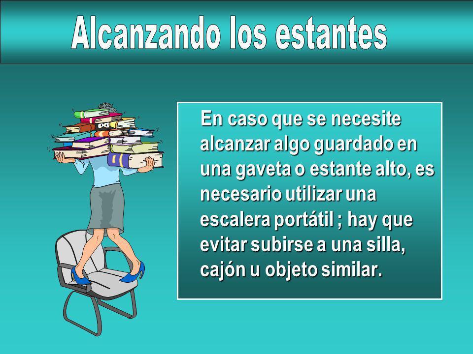 En caso que se necesite alcanzar algo guardado en una gaveta o estante alto, es necesario utilizar una escalera portátil ; hay que evitar subirse a un