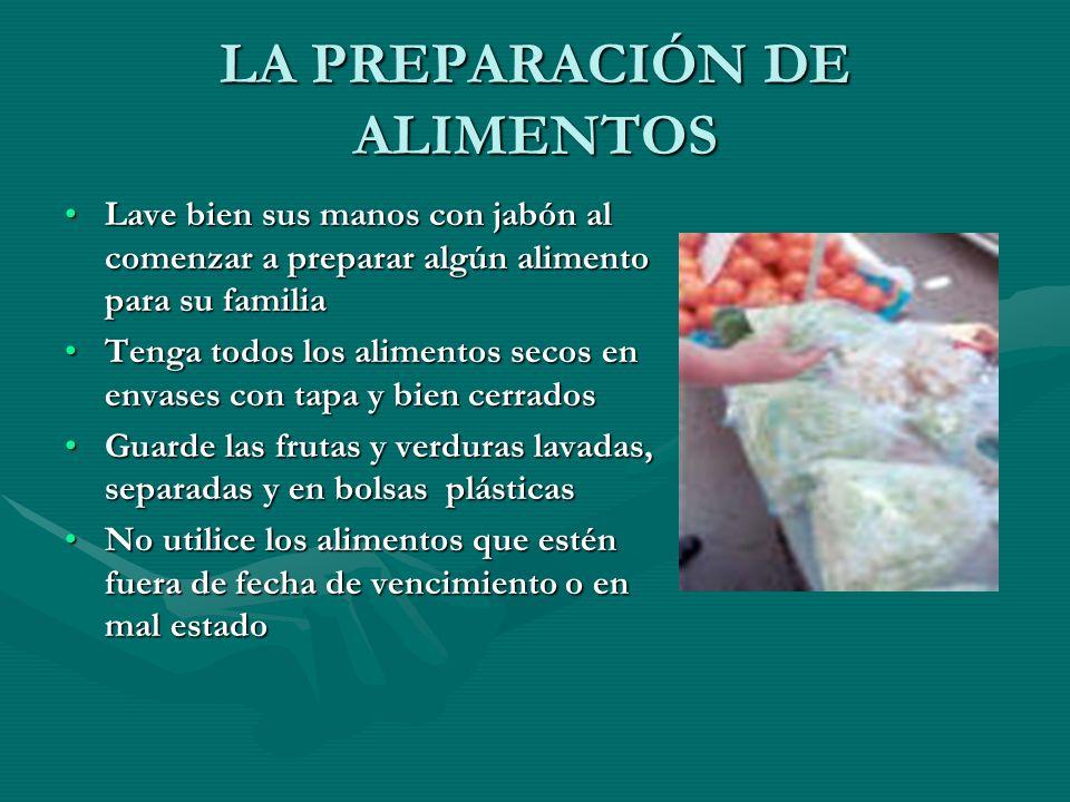 LA PREPARACIÓN DE ALIMENTOS Lave bien sus manos con jabón al comenzar a preparar algún alimento para su familiaLave bien sus manos con jabón al comenz