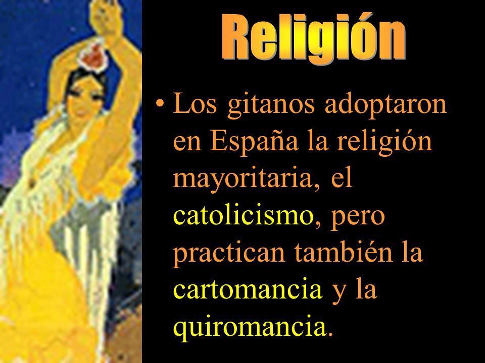 Los gitanos adoptaron en España la religión mayoritaria, el catolicismo, pero practican también la cartomancia y la quiromancia.
