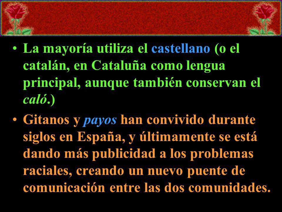 La mayoría utiliza el castellano (o el catalán, en Cataluña como lengua principal, aunque también conservan el caló.) Gitanos y payos han convivido du