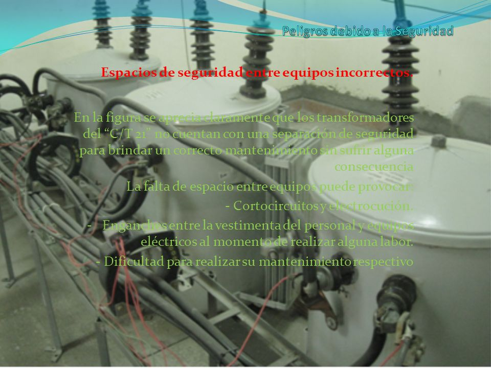 Espacios de seguridad entre equipos incorrectos. En la figura se aprecia claramente que los transformadores del C/T 21 no cuentan con una separación d
