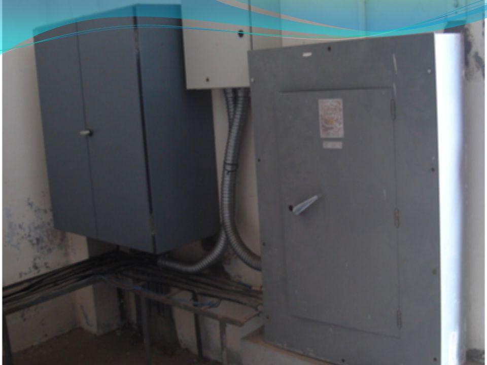 Falta de foso de recogida de aceite dieléctrico En la figura se muestra al banco de transformadores de la subestación eléctrica C/T 21, sobre cuartones de madera; cabe recalcar que incumple con la norma del NEC 450-27(d), mencionada en el capítulo 4 sección 4.3.2 en la parte Normas o Estándares, donde expresa que los transformadores deben estar sobre una base de hormigón y contar con un foso recolector de aceite.