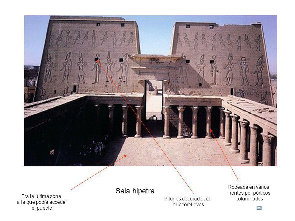 Sala hipetra Pilonos decorado con huecorelieves Rodeada en varios frentes por pórticos columnados Era la última zona a la que podía acceder el pueblo