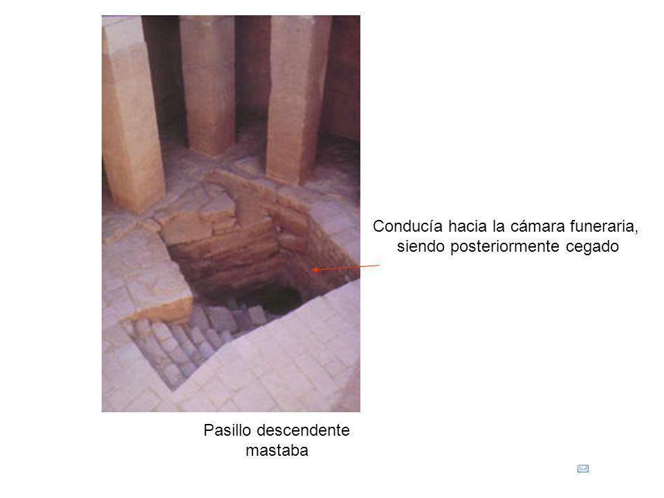 Pasillo descendente mastaba Conducía hacia la cámara funeraria, siendo posteriormente cegado