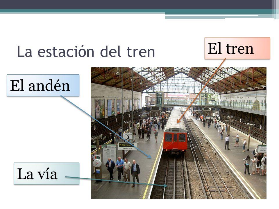 La estación del tren El andén El tren La vía