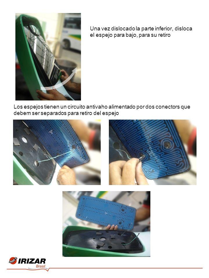 Una vez dislocado la parte inferior, disloca el espejo para bajo, para su retiro Los espejos tienen un circuito antivaho alimentado por dos conectors que debem ser separados para retiro del espejo