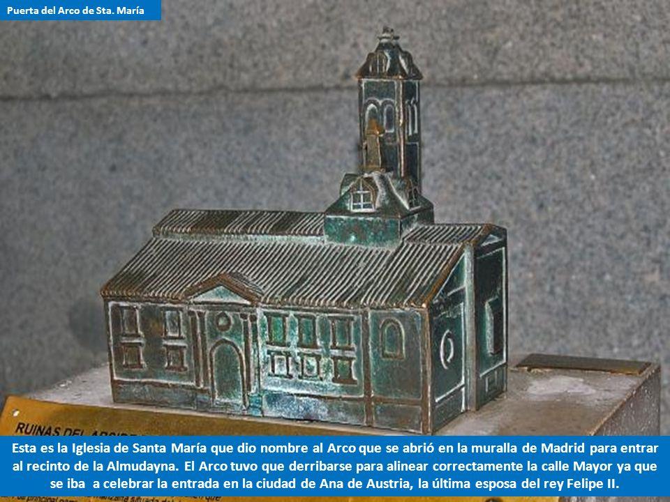 1.-Este personaje contempla las ruinas de la Iglesia de Santa María de la Almudena que fue la primera iglesia cristiana de Madrid. 2.- En efecto, la i