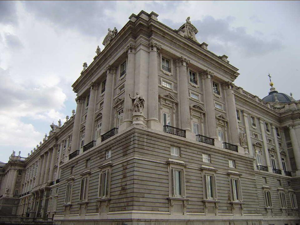 La de Puerta de Moros es una plaza que une de la de la Cebada y la calle de San Francisco, y antiguamente estaba allí una de las puertas de la muralla cristiana de Madrid