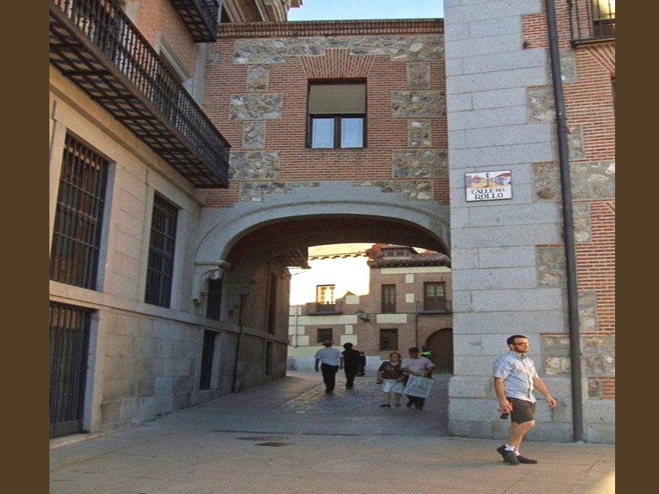 Calle del Rollo Es una calle con bastante historia. En un origen se llamó Calle de los Arcos y Calle de la Parra al último tramo, en clara referencia
