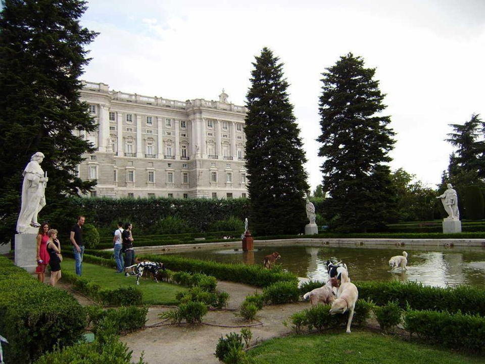 la Plaza de Oriente Los visitantes observan la estatua ecuestre de Felipe IV, que representa al monarca galopando a lomos de su caballo.