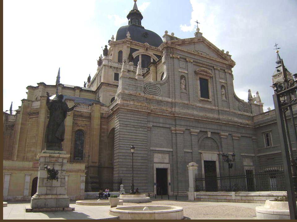 La Fuente de Diana Cazadora, También es conocida como Fuente de la Cruz Verde, por el nombre de la plaza donde está ubicada, formada por un ensanche de la calle de Segovia, al que confluyen las calles del Rollo,Sacramento y Madrid.